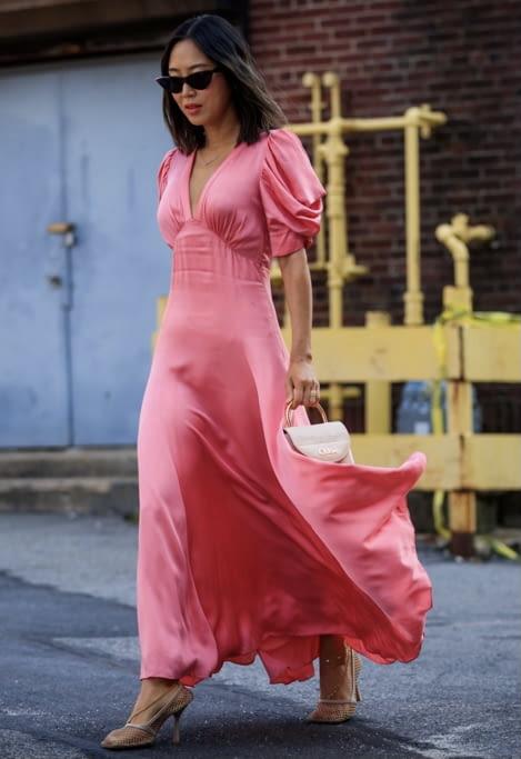 femme avec robe rose printemps 2021