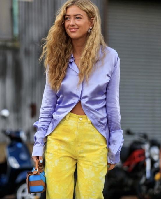 femme avec les couleurs tendance printemps 2021