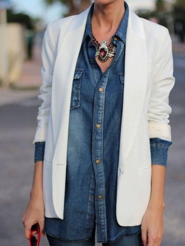 Pensez aux bijoux pour féminiser la chemise en jean!