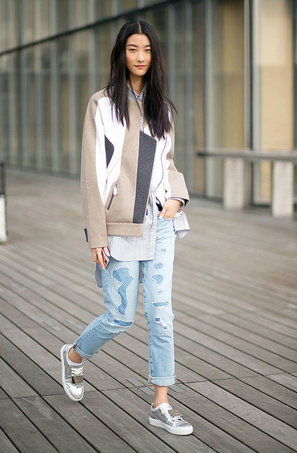 La veste apporte la touche de sophistication à ce look urbain.