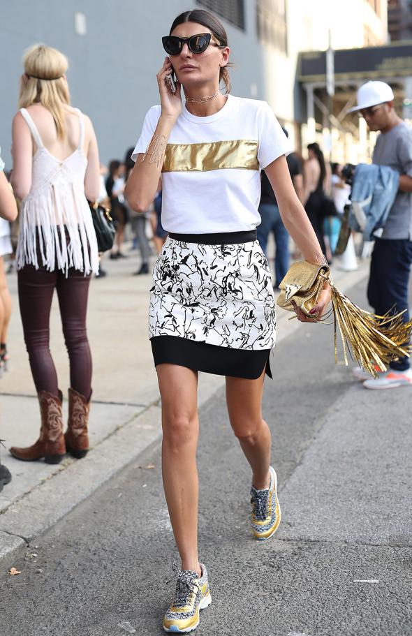 Une superbe idée de look : des baskets fantaisie avec une mini-jupe. Très féminin!